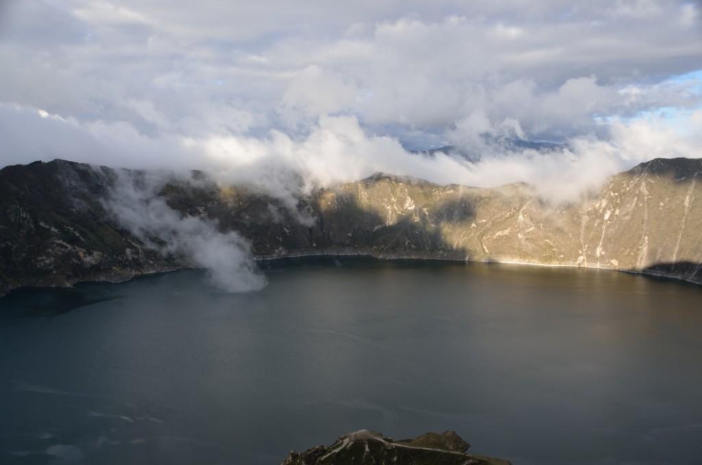Den oändlig djupa kratersjön Lago Quilotoa
